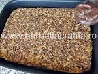 Prajitura Deliciu cu blat din nuca si biscuiti preparare reteta - intindem crema de ciocolata