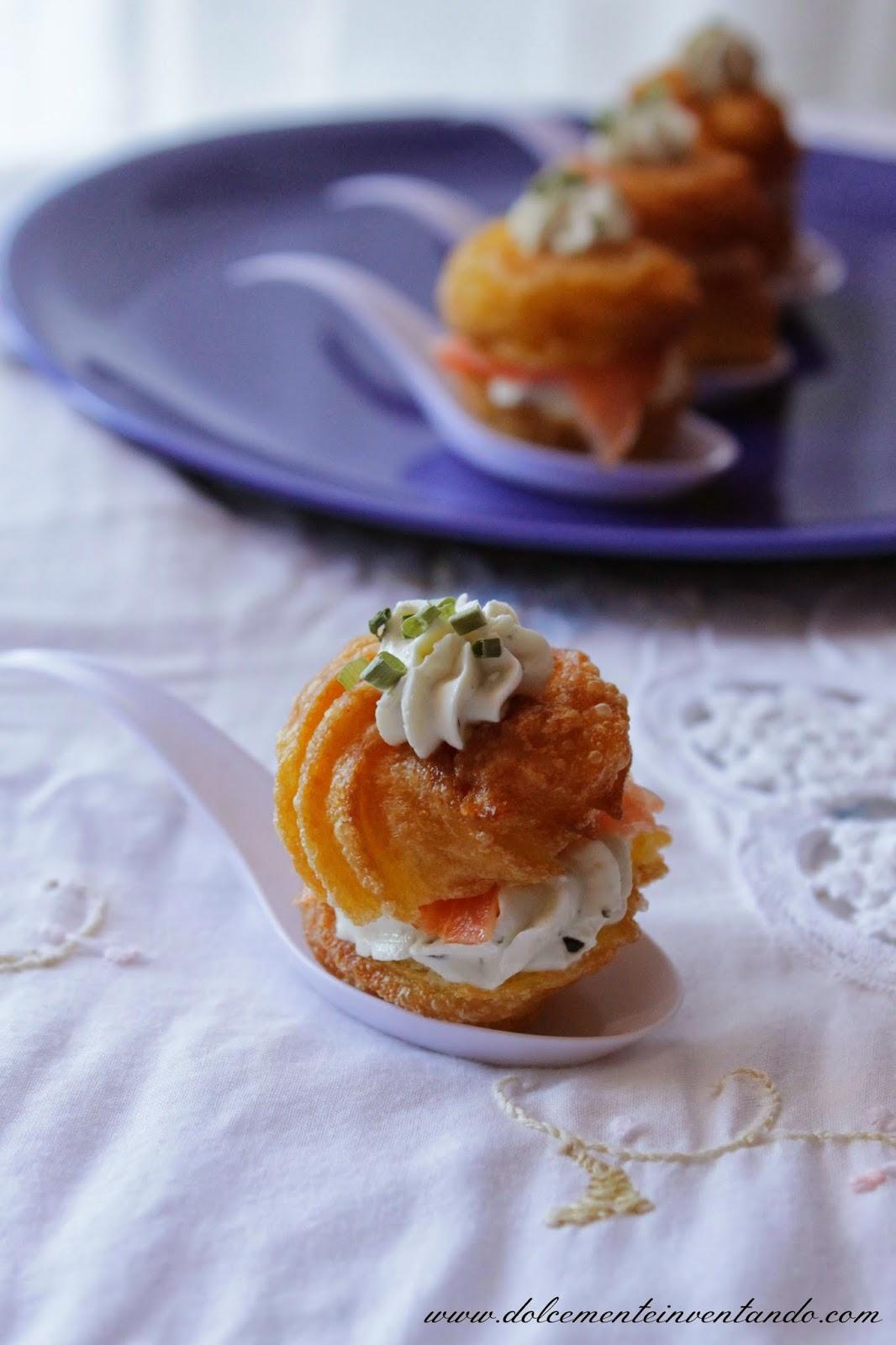 zeppole mignon salate al formaggio fresco con erbe di provenza e salmone affumicato