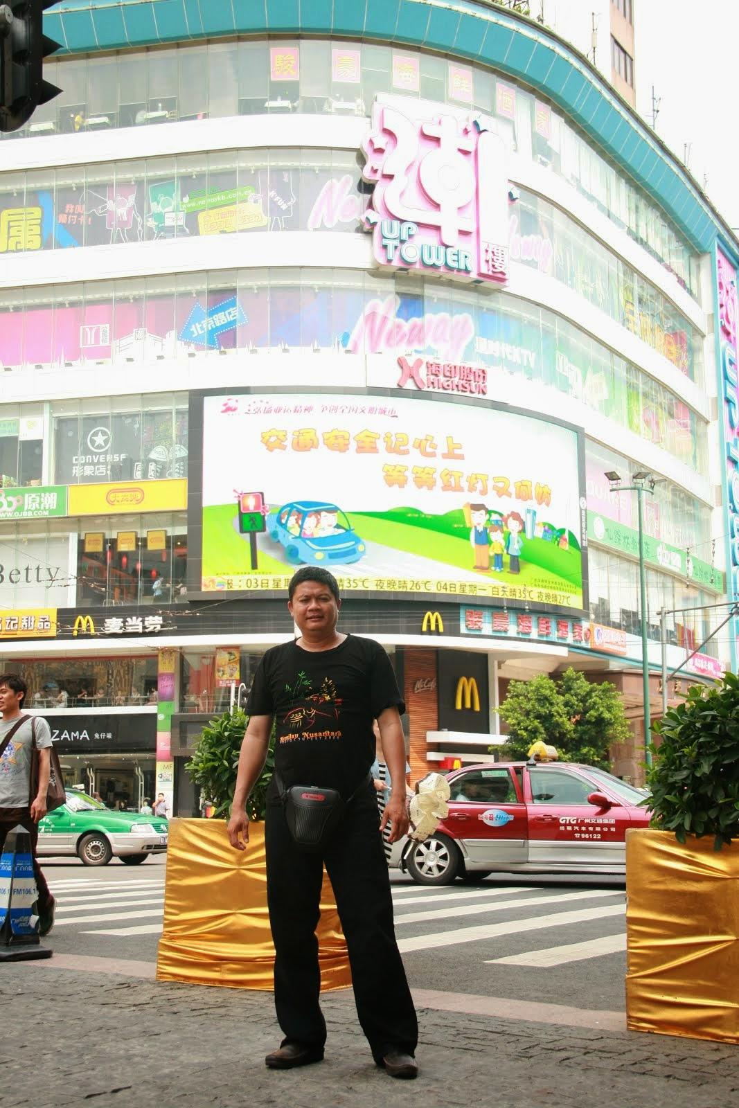 Di pusat perbelanjaan Bejing Lu, China. 2011