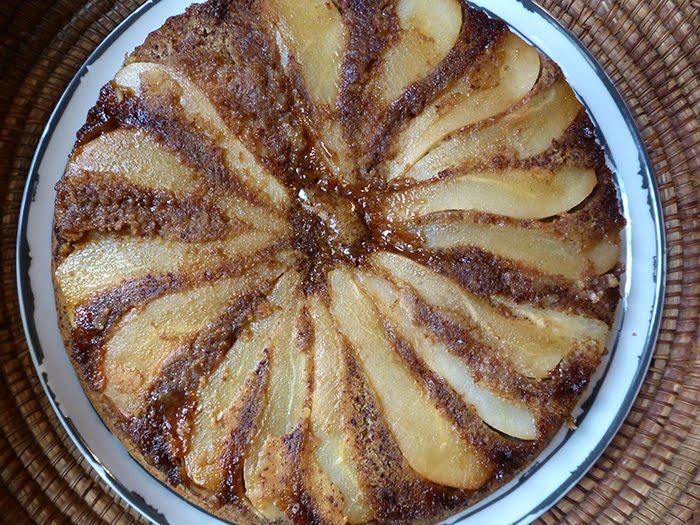 Torta rovesciata di pere con il cioccolato amaro