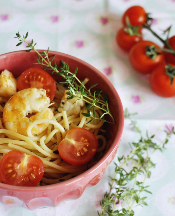 Aromatic spaghetti with shrimp and cherry tomatoes