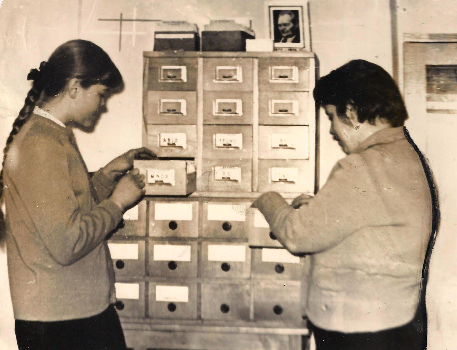 Daina Jermaka un Dzintra pie bibliotēkas grāmatu kataloga . 1978. gads