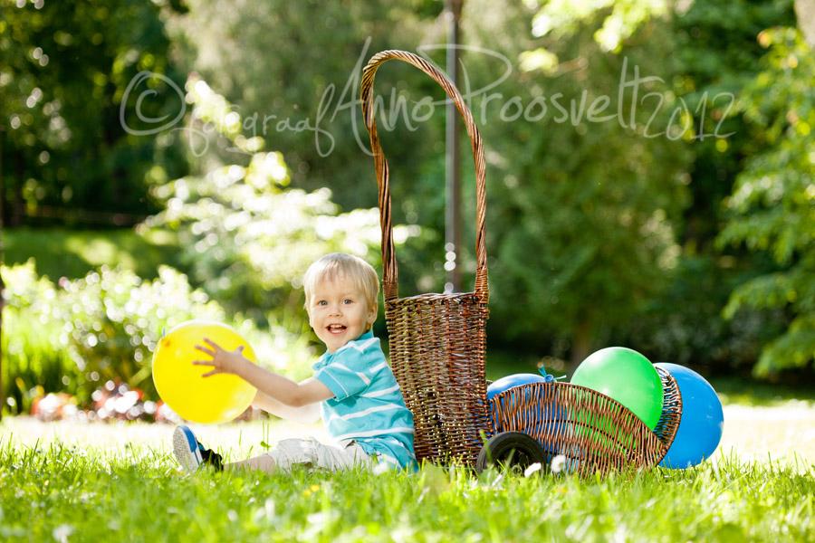 poiss-istub-korvi-aares-õues