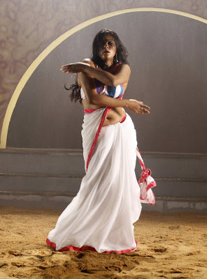 priyamani hot navel show in saree stills