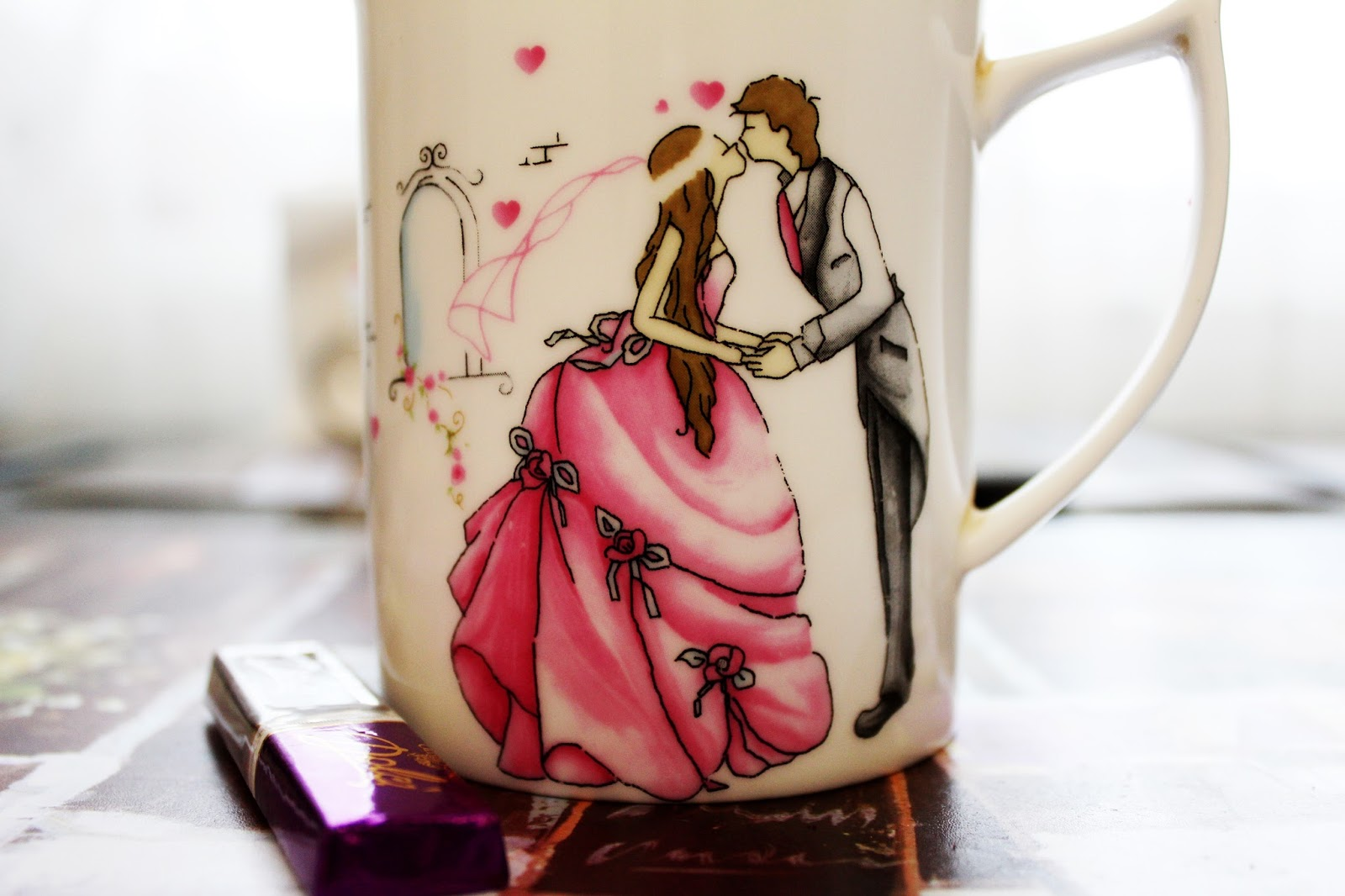 Mug showing kissing couple - 5 minute strategy to save your relationship - motherdistracted.co.uk