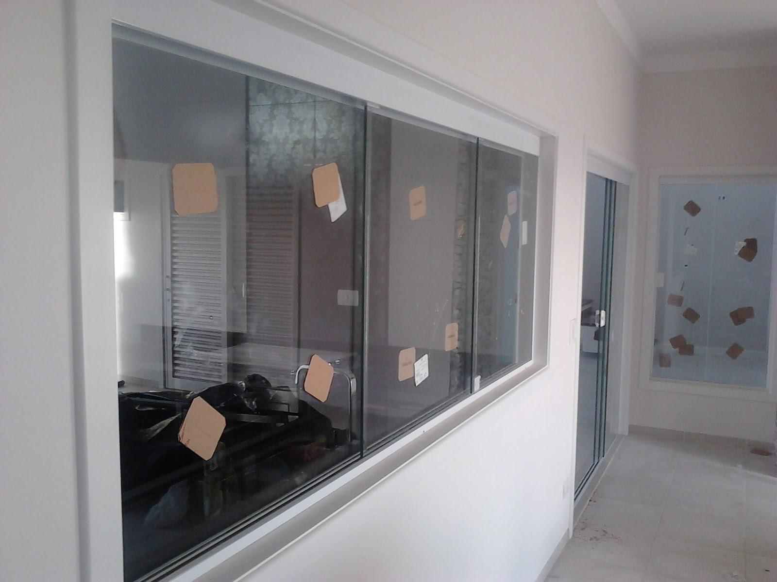 #515960 Sistema Versatik aplicado na janela com vidro incolor 08mm 754 Janelas Vidros Verdes