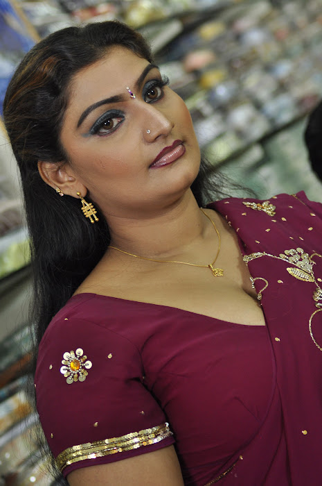 babilona in saree actress pics