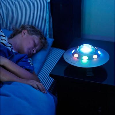 een kind slaapt naast een Kosmische Ufo lamp met verschillende kleuren