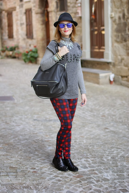 bershka punk t-shirt, h&m fedora hat, zara plaid pants, grey statement necklace, fashion and cookies, fashion blogger