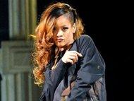 Rihanna Pukul Penggemarnya dengan Mikrofon