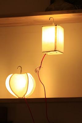 peint à la main - lampe KUB - design -lampe - deco - aix en provence - creation- fait main - made in france - luminaire - luminaires - à poser - à suspendre - lin- toile de jute - PcM - pcm - lampe de couleur - eco design - matières naturelles - matériaux recyclés - pièces uniques - petites séries - décoration - artisanat - baladeuse - lampe POM - cintre - bonbonne d'eau - recyclage - pom - cordon textile - lampe fruit - drapée - amidonné - amidon - textile - fibre végétale - rayures - bonbon – provence – cintres de pressing – brode – couds – couture – broder – souder – soude – dessin de modèles – créations – fabrication française – produits locaux – exposition – peinture à l'eau – tissu – lampe textile – cousu main