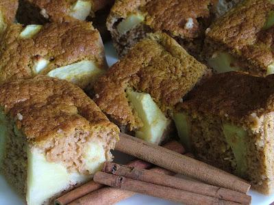 Dyniowe ciasto cynamonowe z jabłkami