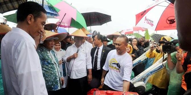 President jokowi menarik krmbali bantuan yang sudah di berikan kepada petani