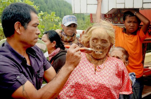 Ritual Membangkitkan Mayat di Pulau Toraja