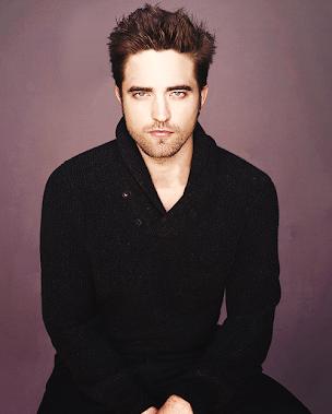Robert Pattinson posando en una foto