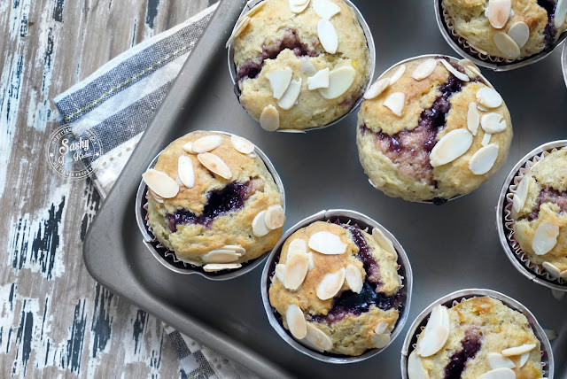 Resep Muffin Pisang dan Bluebbery ( Banana and Blueberry Muffin with Almond Slice Topping )