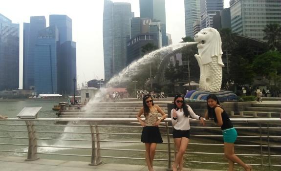 berfoto ria di patung merlion singapura