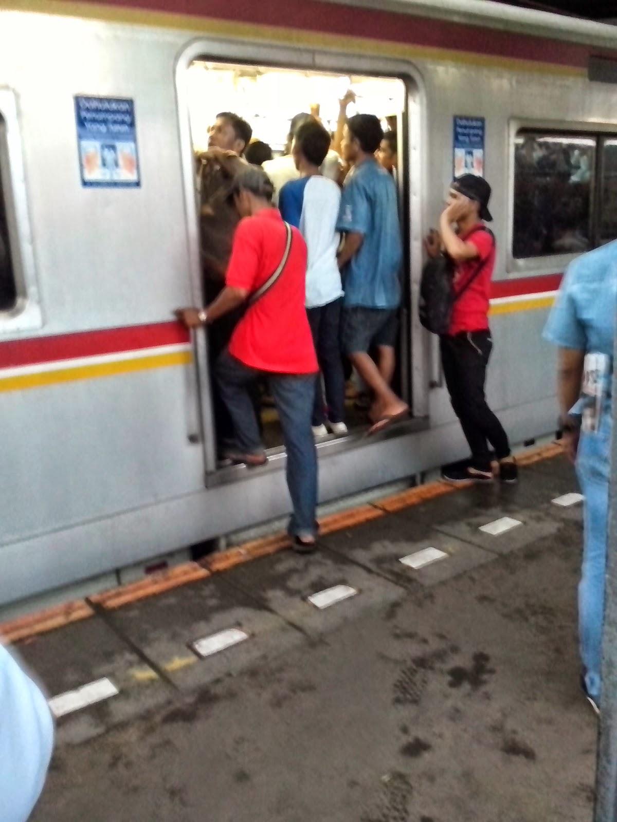 Para penumpang commuter line