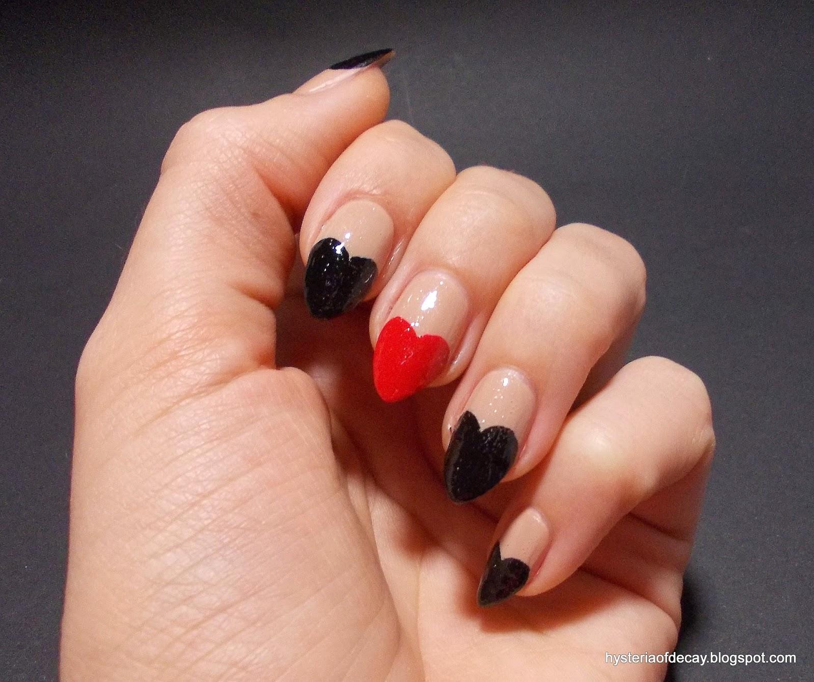 Маникюр на острых ногтях черный