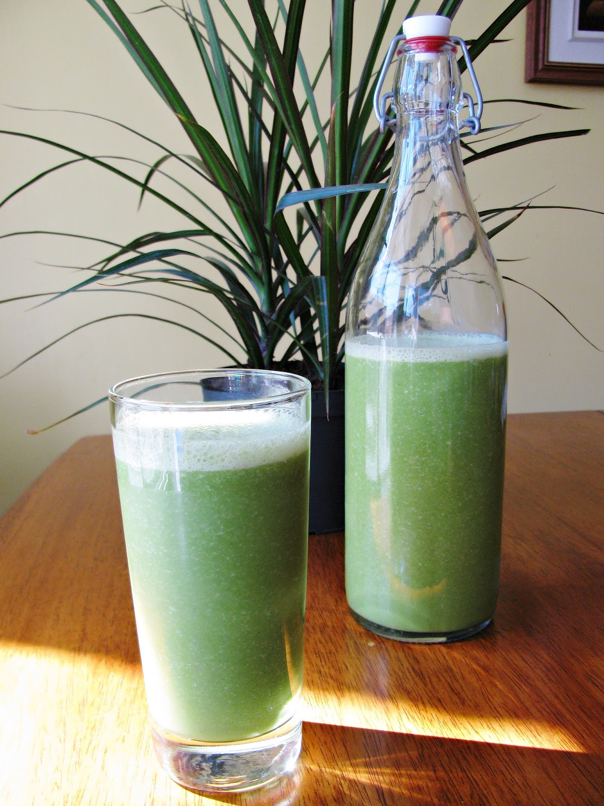 dairy free green smoothie with a hint of ginger/smoothie vert au gingembre, sans produits laitiers