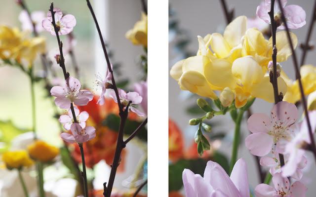 Farverig buket med fresia og lyserøde blomster