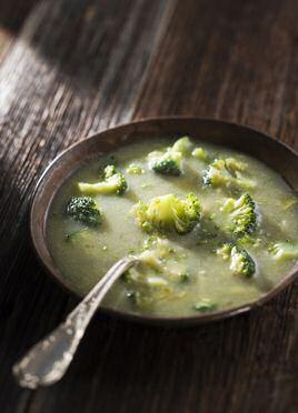 Makkelijk recept om lekkere broccolisoep te maken met gekarameliseerde ui en broccoli, gepureerd en gebonden met een witte roux