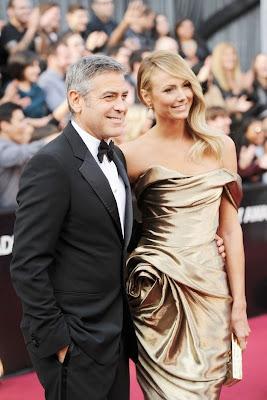 stacy keibler muy sexy junto a george clooney en apretado vestido dorado en los oscars 2012