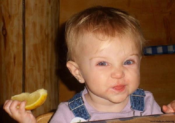 magnifique Bébé qui mange un citron