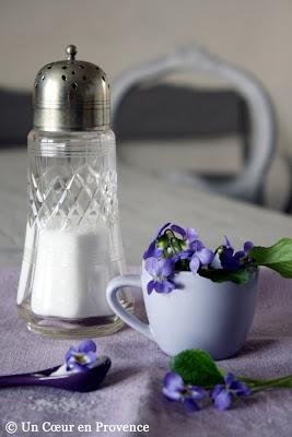 Les ingrédients pour réaliser des violettes cristallisées