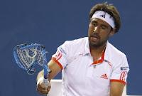 teniste-4-raket-parçalayan-adam-izle