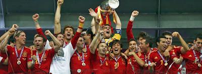 España se convirtió este domingo con su victoria ante Italia en Kiev (4-0) en el primer país que logra ganar tres competiciones internacionales seguidas: las Eurocopas de 2008 y 2012 y el Mundial de 2010, pero no ha sido el único récord logrado por la Roja con esta victoria. Alemania (que ganó la Eurocopa en 1972 y el Mundial en 1974) y Francia (que se impuso en el Mundial de 1998 y la Eurocopa-2000) eran hasta ahora con España los tres equipos que habían encadenado dos títulos consecutivos, por lo que España ha tomado la delantera en solitario. España, además,