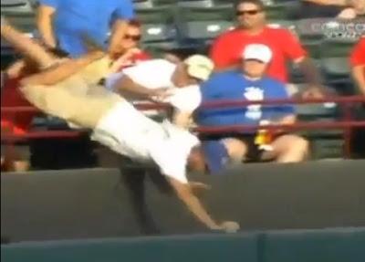 hombre cae por agarrar una bola de beisbol