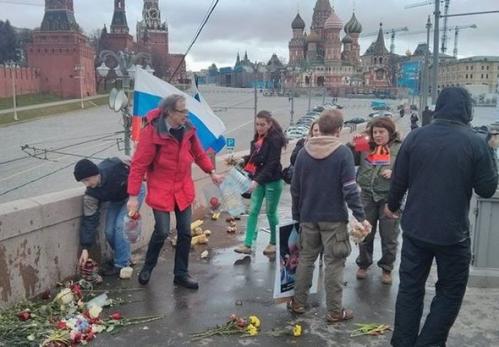 Либералы зарабатывают живые деньги на мертвом Немцове и собирают камни у Кремля
