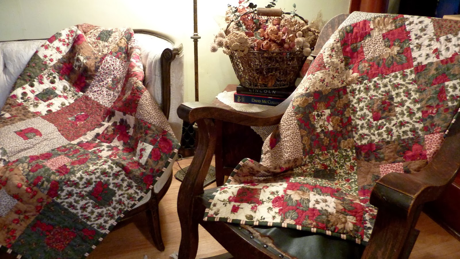 Busy Bee No. 16: Matched Pair O' Christmas Quilts ... Enough ... : two fabric quilts - Adamdwight.com