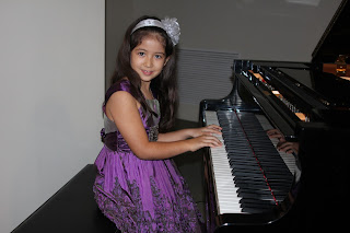 Maria Paula durante el recital de las clases de piano