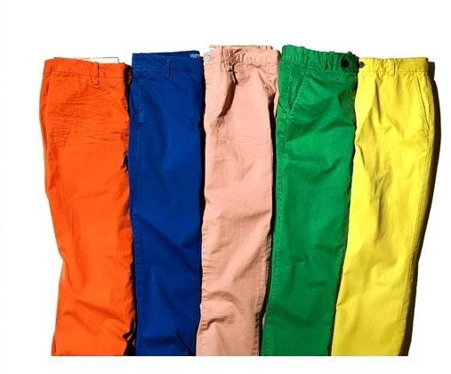 Bright Colored Pants Ooze Confidence (Pro) Most working men like myself are used to wearing black, navy blue, tan pants and adding style through our shirt colors. Wearing bright colored pants – bright pink for example – makes a bold statement. It is going to draw attention to you.