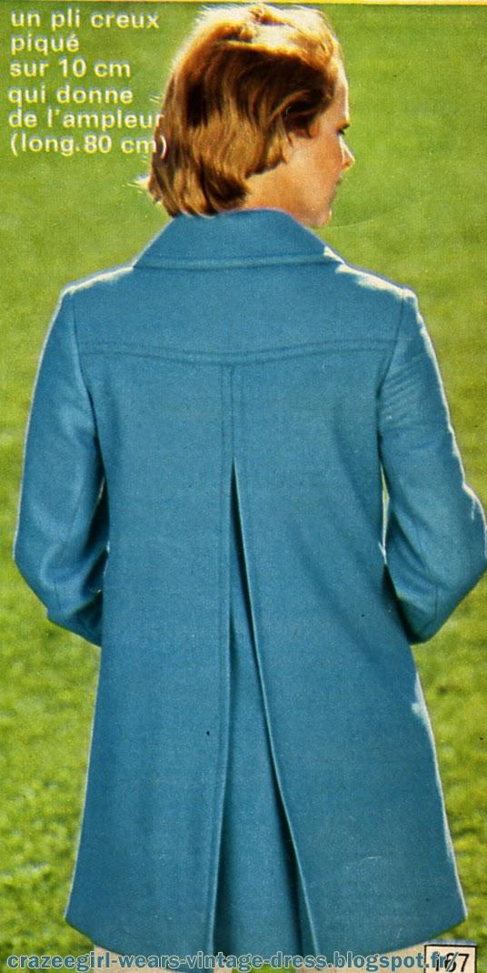 Courir sans masque à New Delhi , flâner à Fukushima , gambader dans les champs des Mennonites à Manitoba ... Se sentir à l'aise, sûre de soi, prête à escalader des montagnes de déchets à Lagos ...   Un programme enchanteur à faciliter en adoptant des tenues adéquates : Blousons, tee-shirts, pantalons pour plus d'aisance.Bords côtes aux couleurs vives et motif en impression pour le côté mode. Matières douces et conciliantes pour le côté pratique.     Vous voilà habillée à la façon des étudiants américains ( campus Tony campus ! )  ... vous êtes dans les meilleures conditions pour profiter à plein de vos moments de détente . vintage 1970 70s fashion university college  Le pantalon  blanc.En gabardine coton.  Monté sur ceinture à passant.  Glissière devant. 2  poches  plaquées devant. Traité Sanfor irrétrécissable. Longueur entrejambes 85 cm, bas évasés (30 cm) non terminés.  E  Le tee-shirt. Corps en coton interlock, côtes contrastantes en acrylique Orlon.  F G Le Jean  Wrangler. En colon 100 %, monté sur ceinture à passants. Empiècement dos, 2 poches plaquées devant et dos. Glissière et bouton devant.  H I Le blouson. En gabardine Tergal (polyester et viscose). Col, poignets, taille et bracelets en bord côtes tricot. 2 poches verticales. Manches raglan. Découpe dos. Fermeture par grippers. Entièrement surpîqué ton sur ton.  L'ensemble d'aspect satiné.En coton 100%, il s'égaie de surpiqûres rouges. Le blouson zippé sur le côté possède un col transformable. Des découpes bretelles devant et dos lui donnent une ligne près du corps, 2 poches en biais fermées par glissière. Doublé. Le pantalon, monté sans ceinture, se ferme par glissière devant. Bas évasés (28 cm). Baguette côté.  B L'ensemble de coupe très soignée, C'est un ensemble en gabardine Tergal (polyester et viscose). Le blouson : devant et au dos, empiècements d'épaules, d'où partent des découpes bretelles. Poches plaquées à rabat avec une seconde poche zippée. Bords côtes rayés à la base et aux poignets. Zippé d