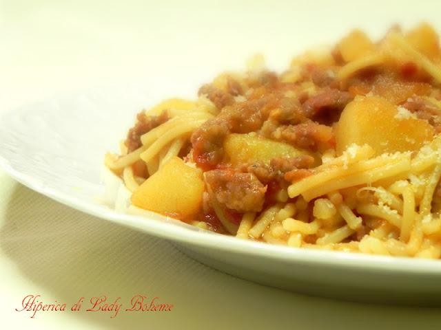 hiperica_lady_boheme_blog_cucina_ricette_gustose_facili_veloci_spaghetti_spezzati_con_patate_e_salsiccia