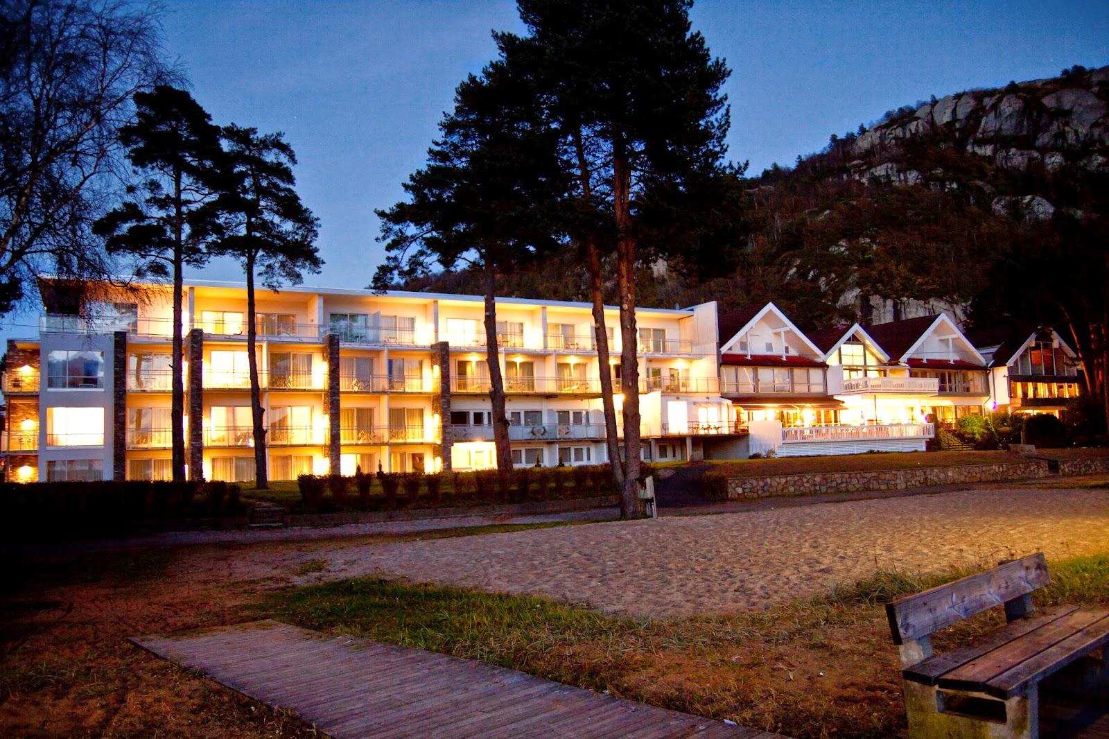 Rosfjord Strandhotell i skumringen