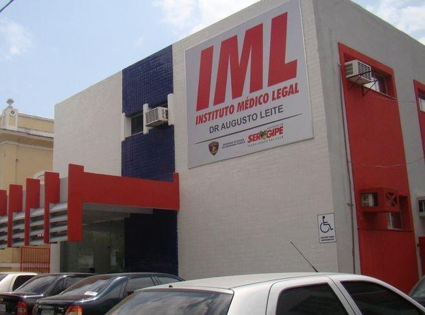 Corpo da vítima foi levado para o Instituto Médico Legal (IML) em Aracaju e liberado para sepultamento na manhã deste domingo (8) (Foto: Fredson Navarro)