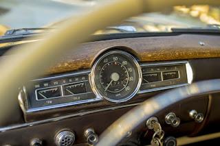 Cuenta kilómetros de un coche antiguo.