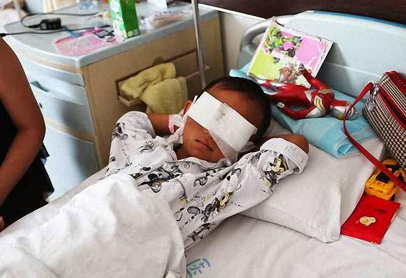 Guo Bin, 6, de Shanxi, sofreu um atentado para lhe roubar as córneas.