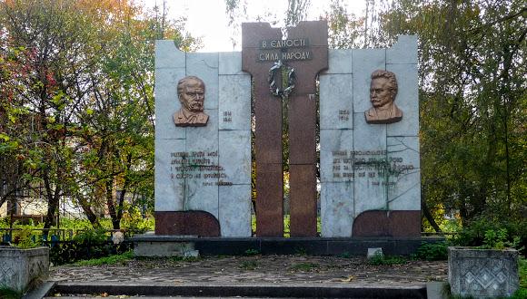 Угерсько. Пам'ятник Шевченка та Франка
