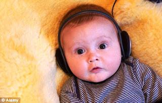Foto gambar bayi lucu mendengarkan musik 21
