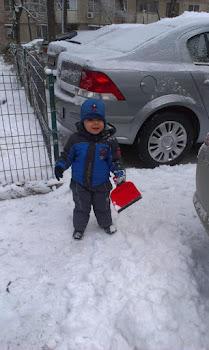 Fiecare curata zapada cu ce poate...Nu asteptati s-o faca altii in locul vostru!