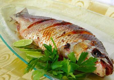 Peixe assado no forno recheado