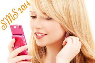Jolie femme reçoit un SMS de bonne année
