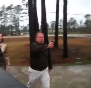 Homem saca de uma arma depois de uma briga com jovens