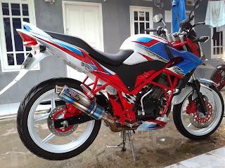 otoasia.net Modifikasi Honda CB150R Modification ini terlihat lebih fresh setelah mendapatkan sentuhan airbrush dengan perpaduan warna putih biru dan merah. Motor tampil beda dan lebih mentereng.