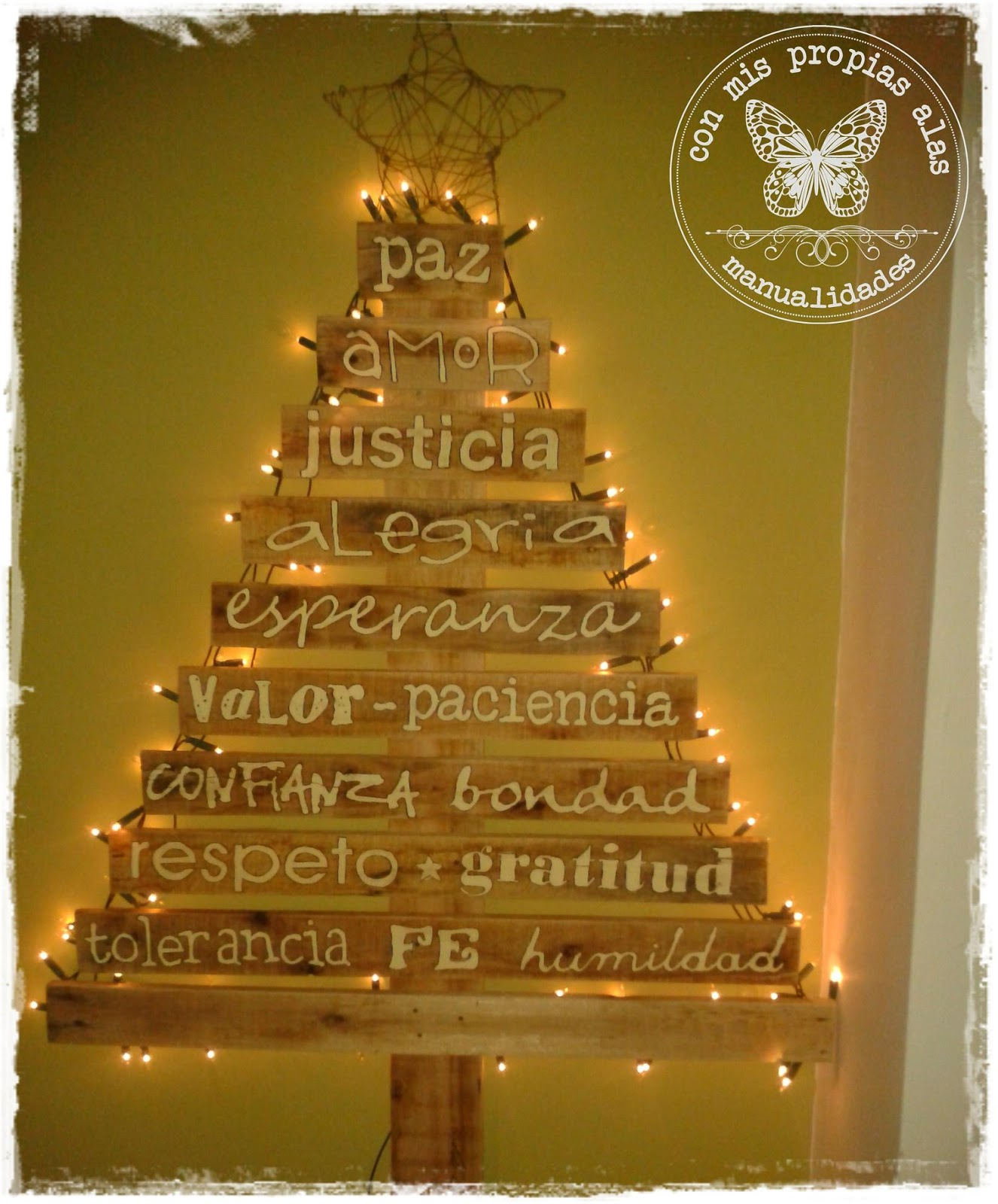 Las palabras est n pintadas con acr lico color manteca y - Arboles de navidad artesanales ...
